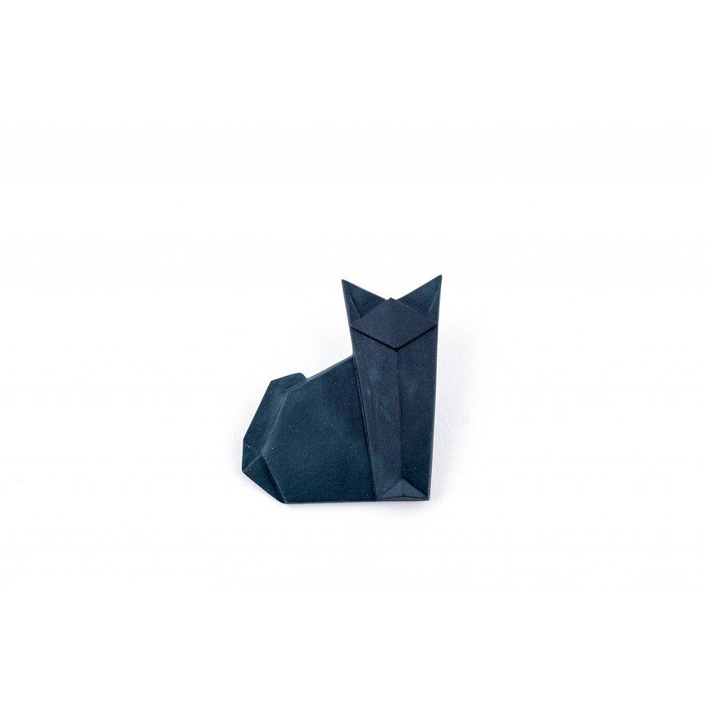 velké černé mokré kočičí rty